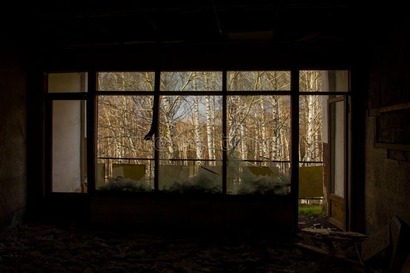 Alter verlassener industrieller Innenraum mit Restlicht lizenzfreie stockfotos