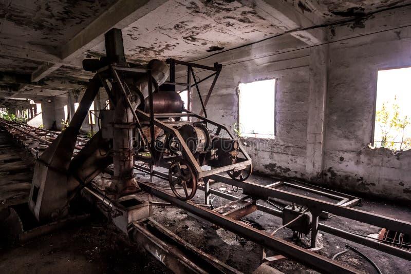 Alter verlassener Siloaufzug mit rostiger Ausrüstung verließ stockfotografie