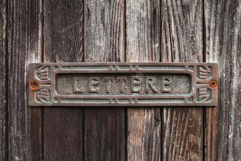 Alter verrosteter Briefkasten in der dunkelbraunen Holztür lizenzfreie stockfotografie