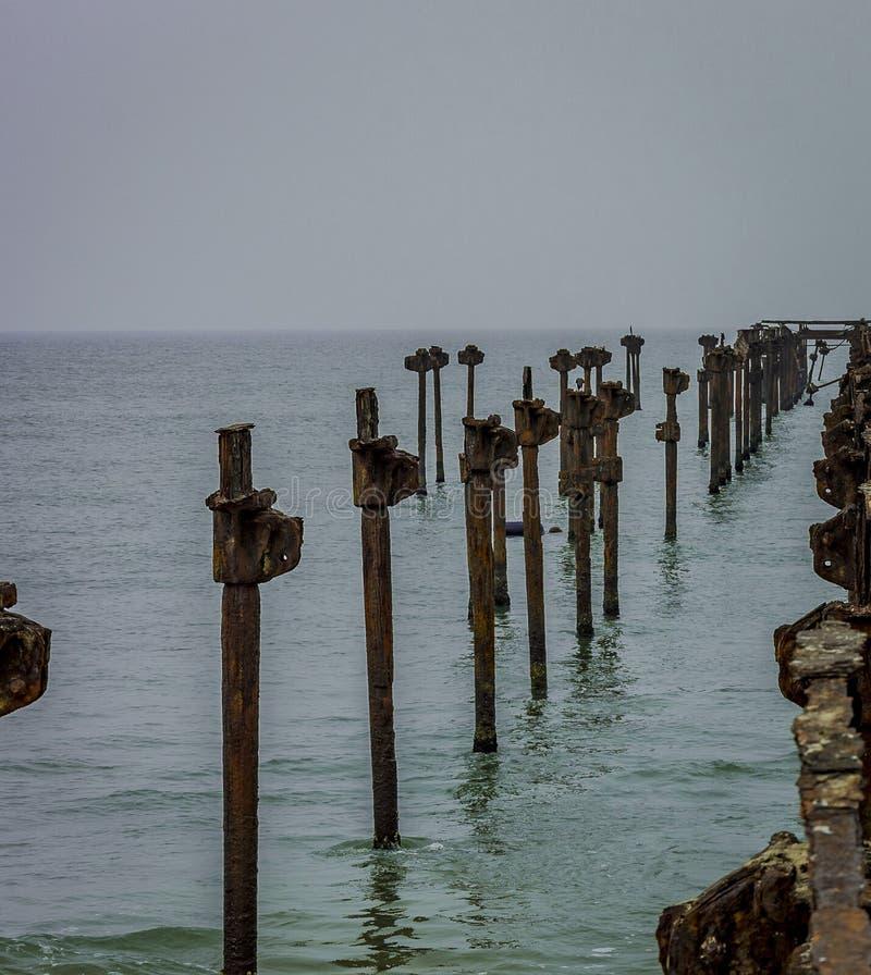 Alter verrosteter Pier hergestellt vom Eisen stockbild