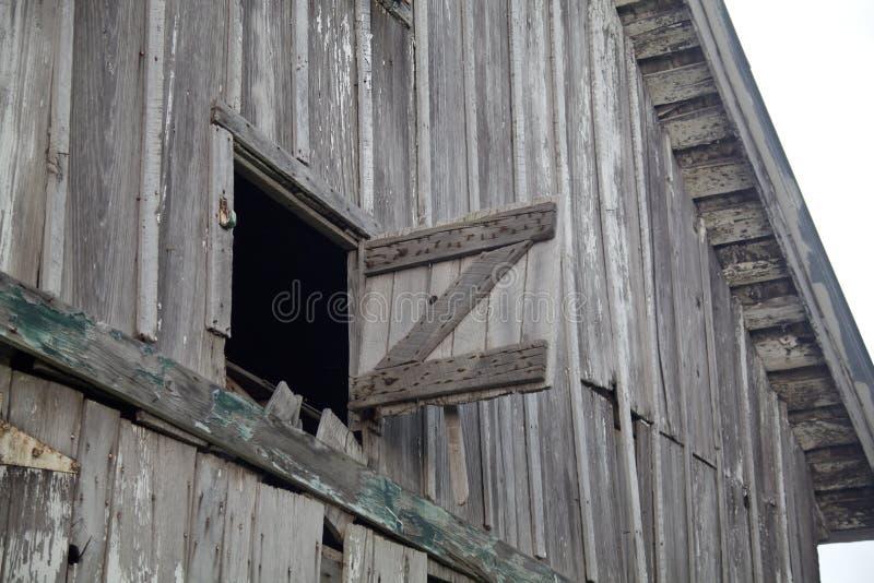 Alter verwitterter grauer Stall-geöffneter Heu-Dachboden lizenzfreies stockfoto