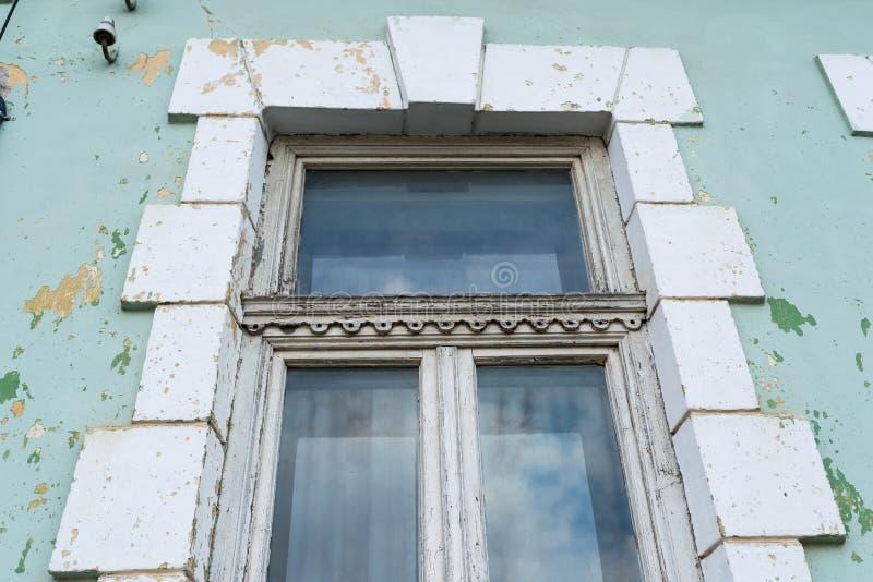 Alter, verzierter Fensterabschluß herauf Schuss stockfotos