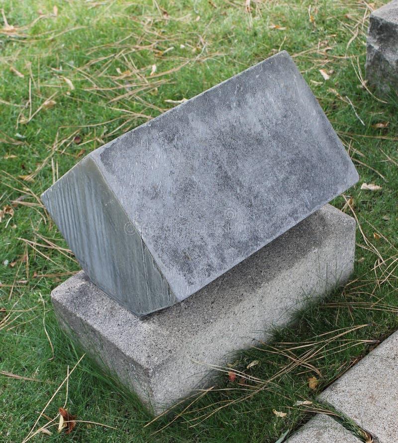 Alter Würfel-Marmor-Grundstein auf altem Kirchhof lizenzfreies stockfoto