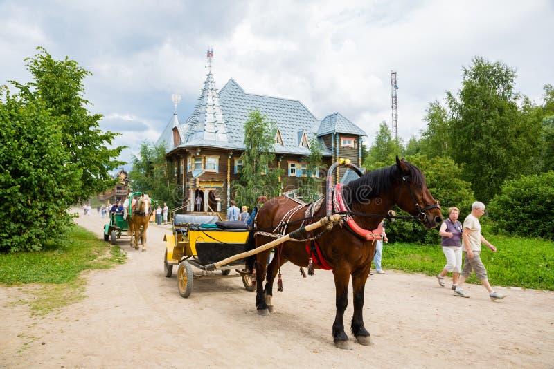Alter Wagen in russischem Ferienort Verhnie Mandrogi lizenzfreie stockbilder