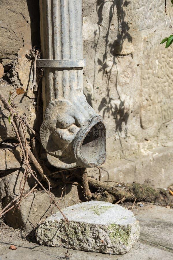 Alter Wasserabfluß stockfoto