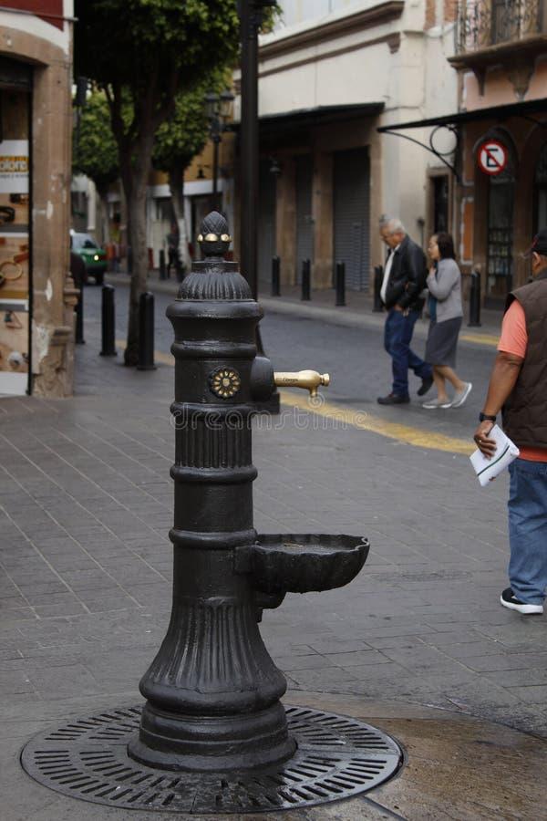 Alter Wasserbrunnen in der Straße in Leon, Guanajuato stockfotos