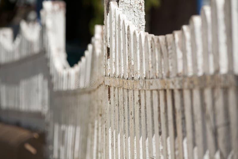 Alter weißer Pfosten-Zaun stockbilder