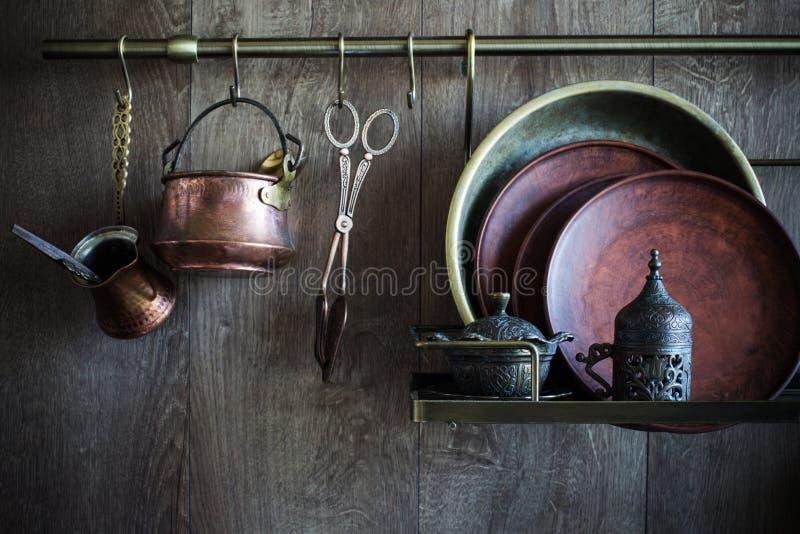 Alter Weinlese Dishware auf dunklem hölzernem Hintergrund stockbild