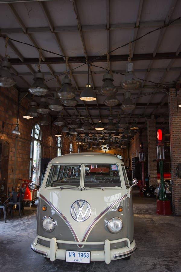 Alter Weinlese Volkswagen-Packwagen am Nachtmarkt Srinakarin oder am Zugmarkt, Thailand lizenzfreie stockbilder