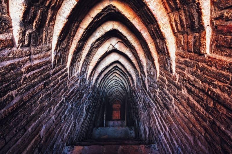 Alter Weinleseziegelstein maserte Wände und Treppenhaus in der Bogenart lizenzfreies stockfoto