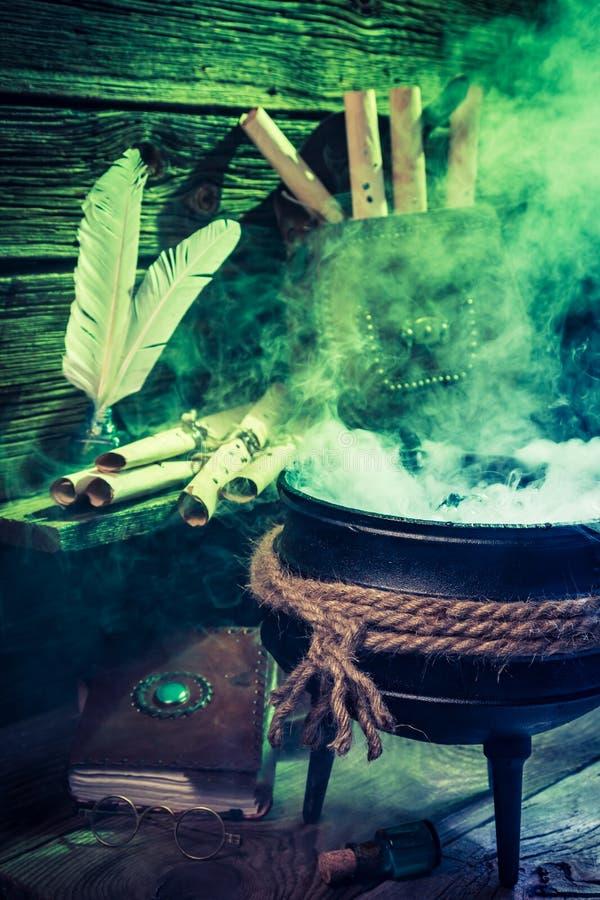 Alter witcher großer Kessel mit grüner Mischung für Halloween lizenzfreies stockbild