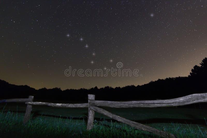 Alter Zaun Sternenklare Nachtpolarsternstern, Ursa Major, schöner nächtlicher Himmel der Konstellation des Großen Wagens lizenzfreie stockbilder