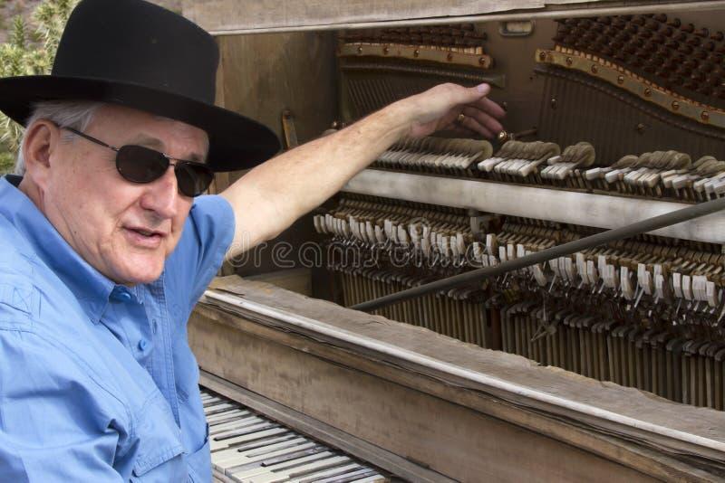 Alter Zeit-Klavier-Spieler, der das Ivories kitzelt stockbild