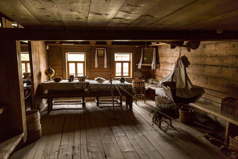 Alter Zeitbauernhausinnenraum eines alten Landhauses lizenzfreie stockfotos