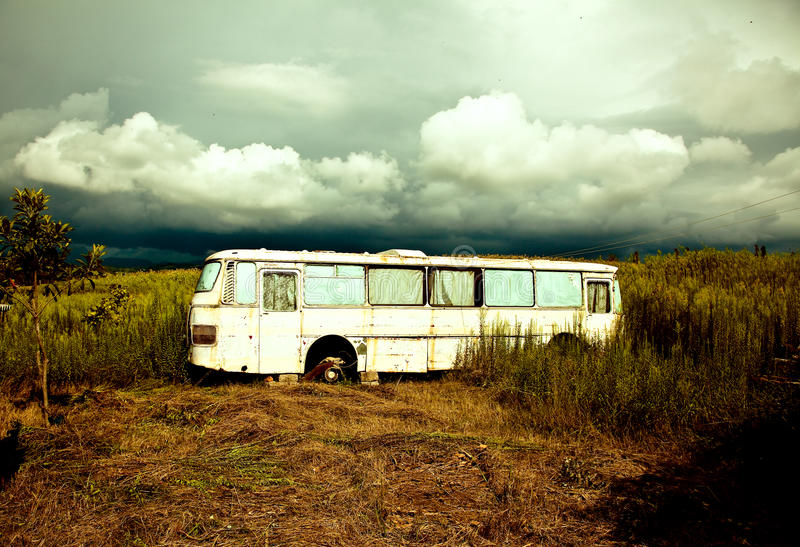Alter zerstörter Bus stockfotografie