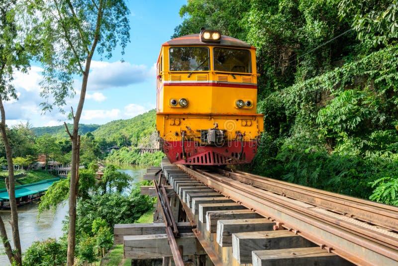 Alter Zug, der auf hölzerner Eisenbahn in Tham Krasae läuft lizenzfreie stockfotos