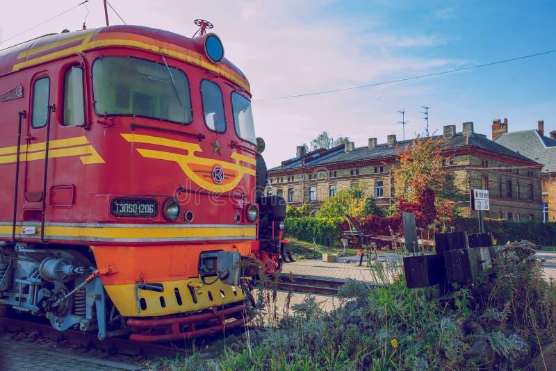 Alter Zug am lettischen Bahnmuseum Gebäude und Straßenansicht lizenzfreie stockbilder