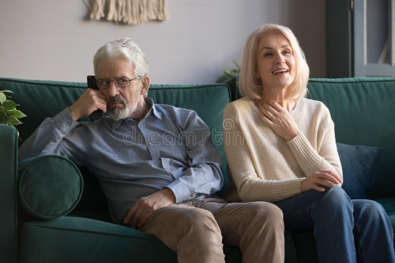 Altere Frau Seifenoper-Liebhaber und verärgerter Ehemann fernsehen stockfotos