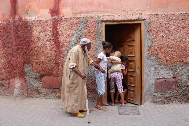 Alternance des générations La petite-fille tient la main d'un grand-père et d'un soin pour lui Près des ses soeurs et petit bab d photographie stock