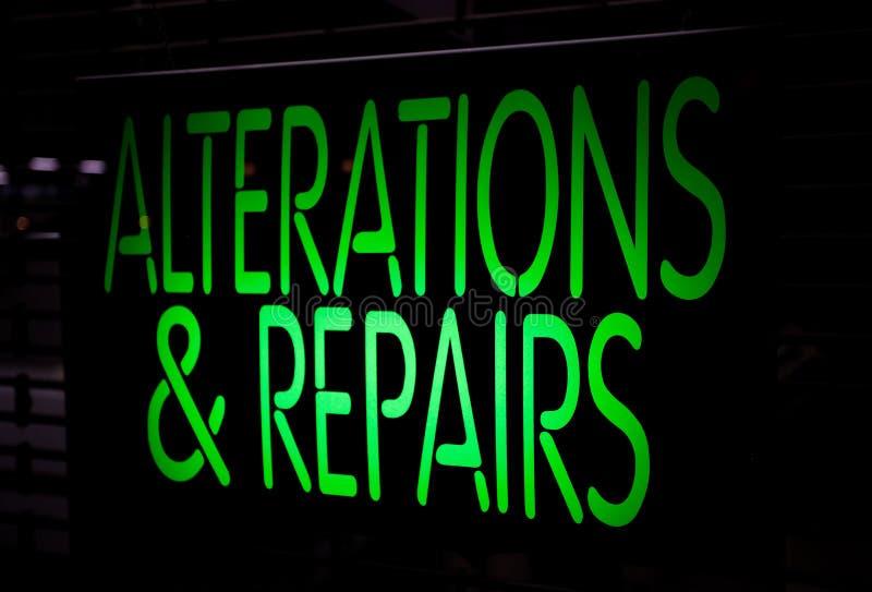 Alternance et réparations d'enseigne au néon photographie stock libre de droits