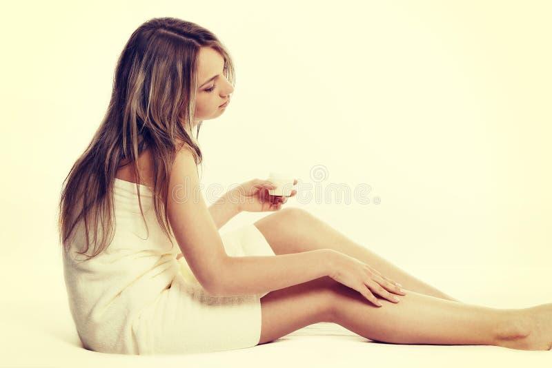 Alternatief geneeskunde en van de lichaamsbehandeling concept Atractive jonge vrouw na douche met handdoek stock foto