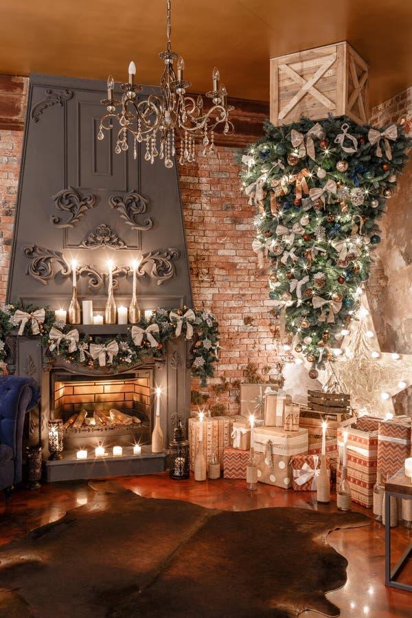Alternatieve boombovenkant - neer op het plafond Het huisdecor van de winter Modern zolderbinnenland met open haard en bakstenen  royalty-vrije stock afbeeldingen