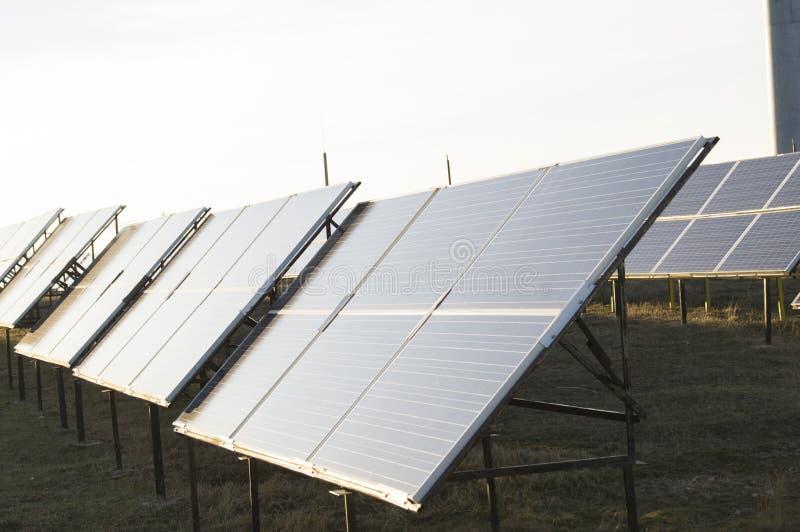 Alternatieve Energie De zonnecellen worden geleid aan de zon stock afbeelding