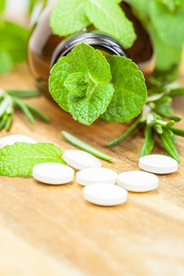 Alternatieve geneeskunde met kruiden en homeopathische pillen stock fotografie