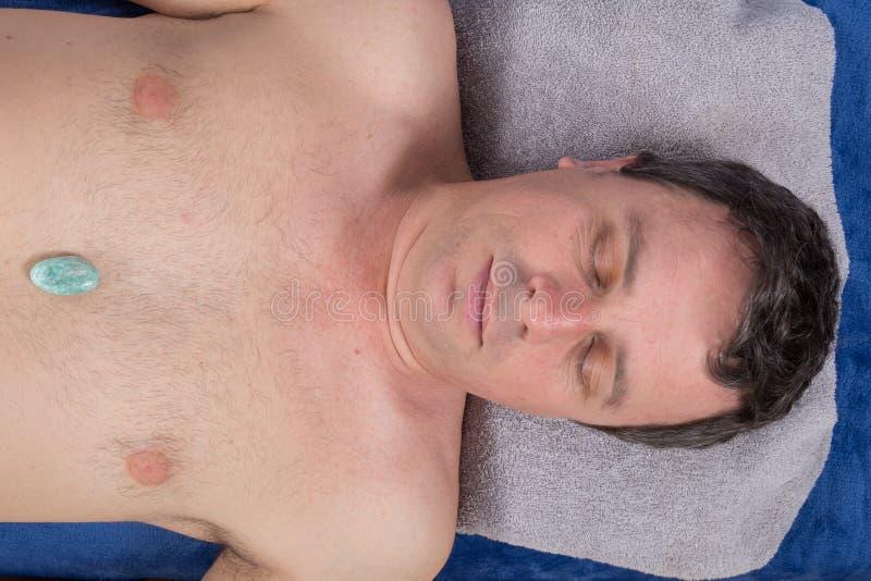 Alternatieve geneeskunde, therapeut die halfedelstenen voor lithotherapy gebruiken stock afbeelding