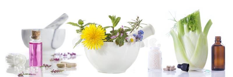 Alternatieve gezondheidszorg verse kruiden en Fles van aromatherapy in mortier stock fotografie