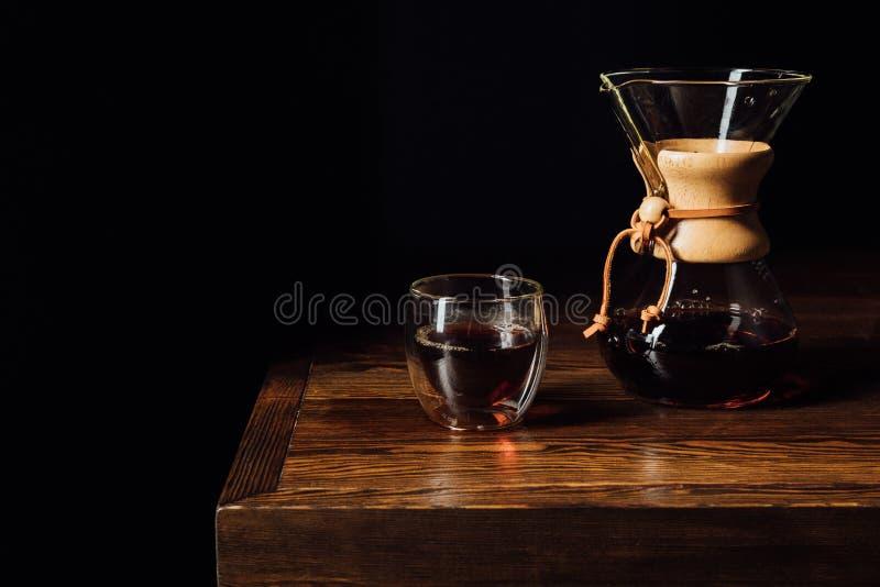 alternatieve koffie in chemex en glasmok op houten lijst royalty-vrije stock afbeeldingen