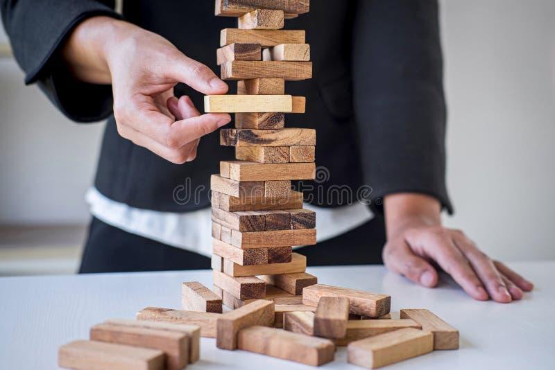 Alternatieve Risico en Strategie in Zaken, Hand van het intelligente het bedrijfsvrouw gokken plaatsen makend houten blokhiërarch royalty-vrije stock foto