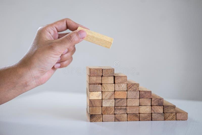Alternatieve Risico en Strategie in zaken om groei te maken, Beeld die van Bedrijfs man hand makend het houten blok stapelen de p royalty-vrije stock foto's