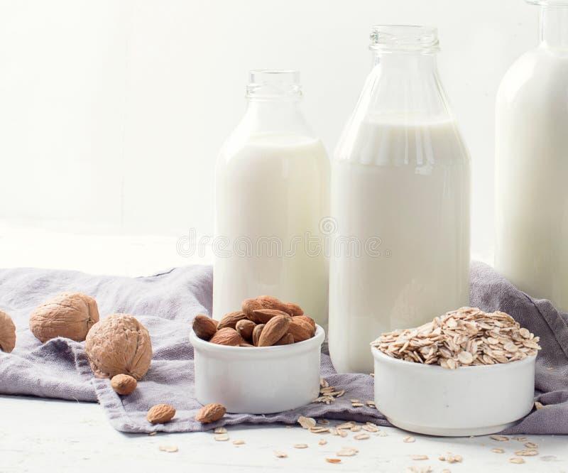 Alternatieve types van melk in glasflessen royalty-vrije stock afbeelding