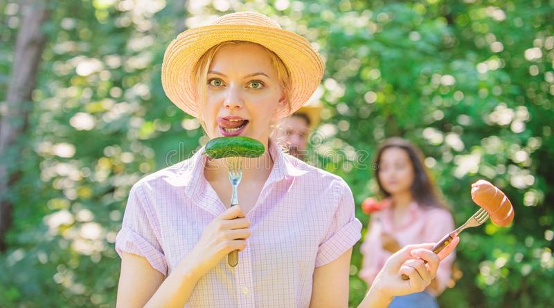 Alternatieve voeding voor vegetariërs Zij verkiest groente De vegetarische levensstijl is haar keus Keusvlees of stock afbeelding