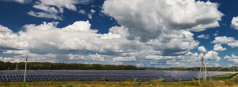 alternativ digital wind för turbiner för källor för illustration för energifältgräs Solenergistationer royaltyfria bilder