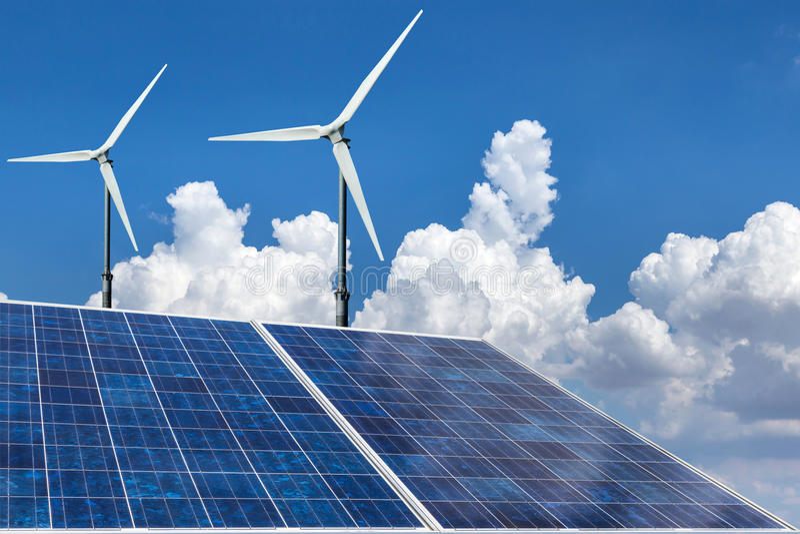 Alternativ energi för solpaneler och för vindturbiner arkivfoton