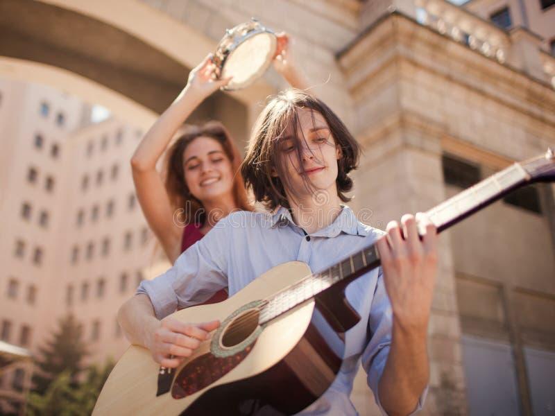 Alternativ indie musik för gataaktör fotografering för bildbyråer