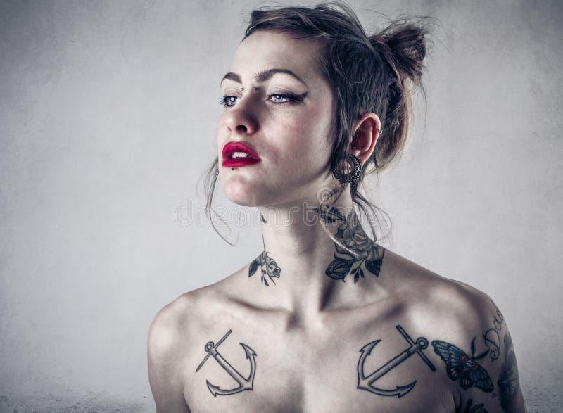 Alternativ kvinna med massor av tatueringar arkivfoton