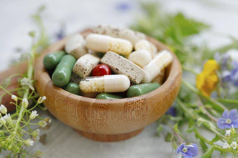 Alternativ medicin med växtextraktkapslar arkivbilder