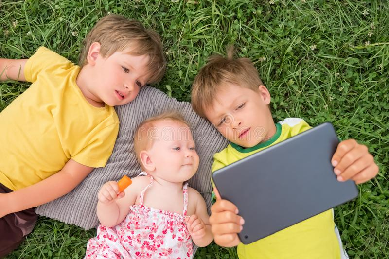 Alternativ skolgång Studera utomhus Begrepp för hem- skolgång royaltyfria foton