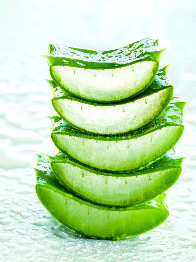Alternativ vera för aloe för hudomsorg bunt på den vita tabellen med vatten royaltyfria foton