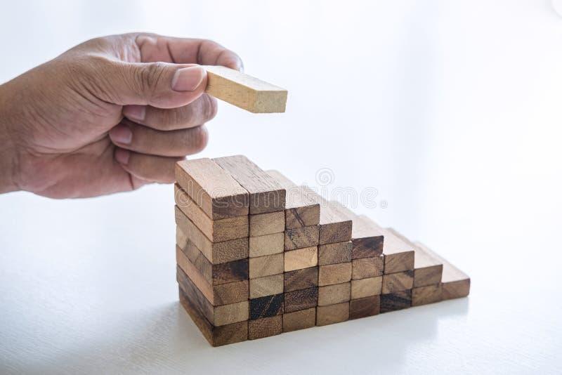 Alternativa ao Risco e à Estratégia nos negócios para fazer crescer, Imagem do Homem de Negócios colocando a mão fazendo um empil imagens de stock