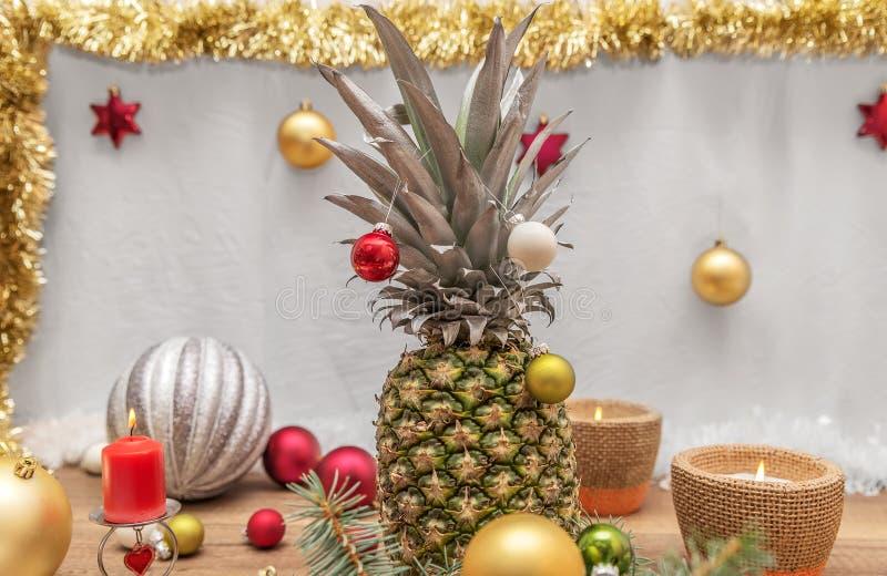 A alternativa decorou a árvore de Natal imagem de stock royalty free
