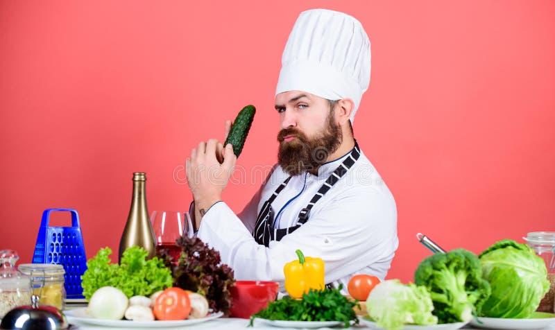 Alternativa dell'alimento Essere a dieta e alimento biologico, vitamina Uomo del cuoco unico in cappello Ricetta segreta di gusto fotografia stock libera da diritti