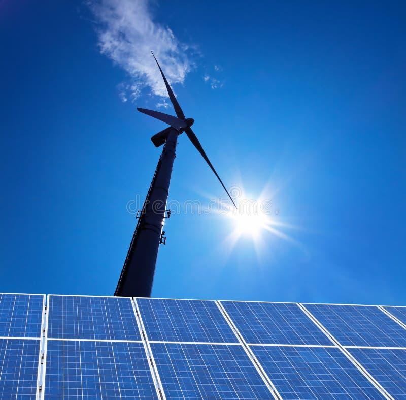 Alternative Energie der Wind-Energie fließt durch lizenzfreies stockbild