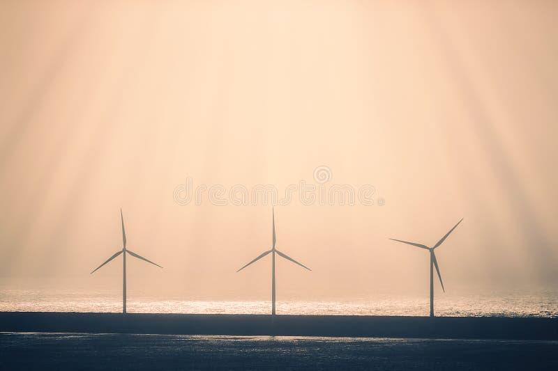 alternative Energie mit Windkraftanlagen im Meer stockfotos