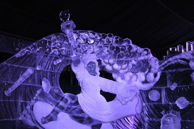 Alternative Installation der Eisskulptur der Statue 'Freiheit ' lizenzfreies stockfoto
