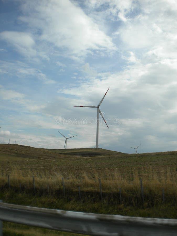 Alternative und gr?ne Energiequelle der Wind-Turbine - stock abbildung