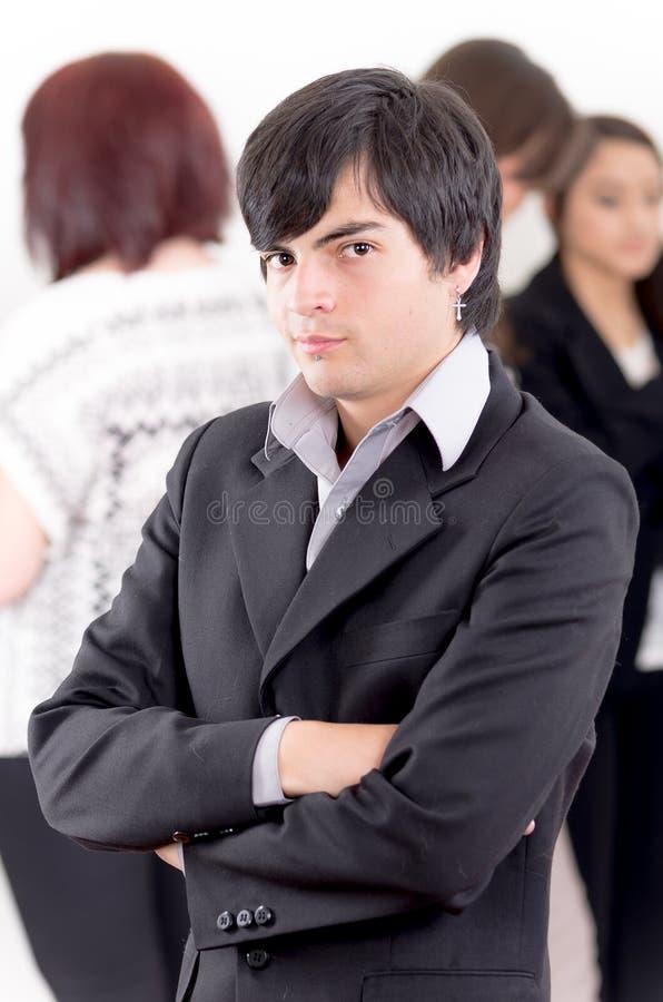 Alternativer Geschäftsmann vor einer Gruppe stockfotos